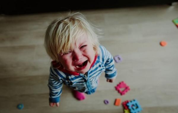 چرا کودک نوپای من عصبانی است و چگونه باید او را آرام کنم؟
